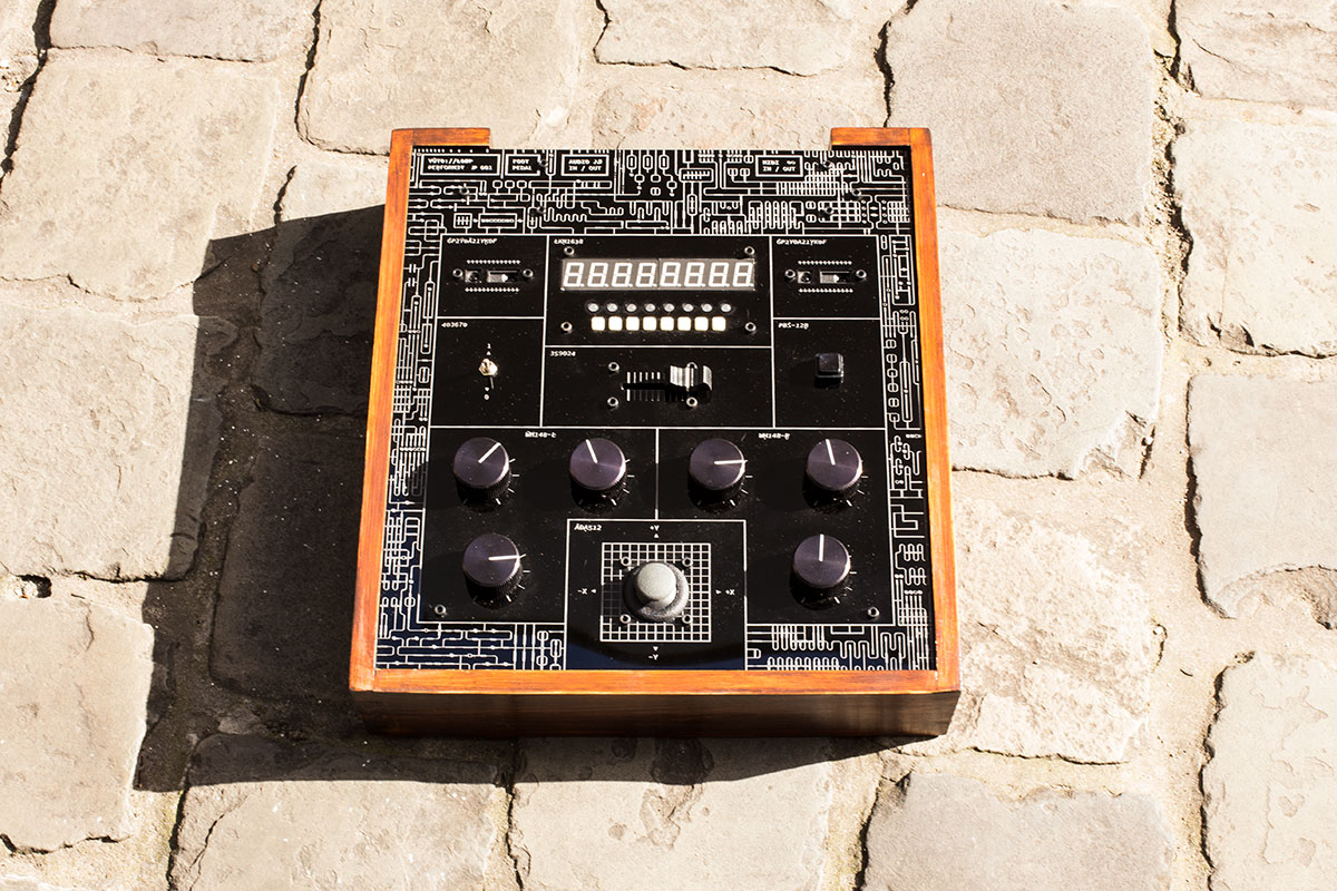 The top of the auto://loop performer synth.
